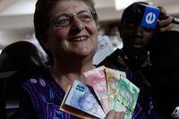 Gill Marcus, chef för Sydafrikas centralbank, var den första som använde sedlar med Mandelas motiv.