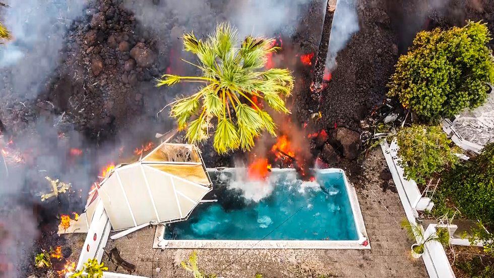 Lava från vulkanutbrottet i en pool på La Palma.