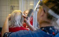 Annelie Gonnéus har jobbat med äldre i 34 år. Här besöker hon Eivor Nilsson, 94.