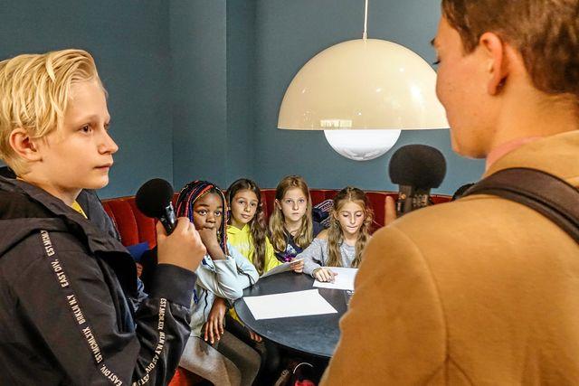 Intervjuer med en tysk skolklass är ingen match för Elis. Foto: Malin Söderlund