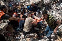 På bilden syns hur palestinsk räddningstjänst har grävt fram en överlevare från en av Israels bombningar i Gaza.