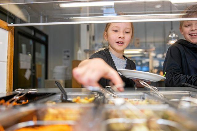 """På flera håll i landet har det blivit färre alternativ på salladsbuffén i matsalen, på grund av coronapandemin. Så även på Storsjöskolan i Holmsund. """"Det är dåligt"""", säger Sam."""