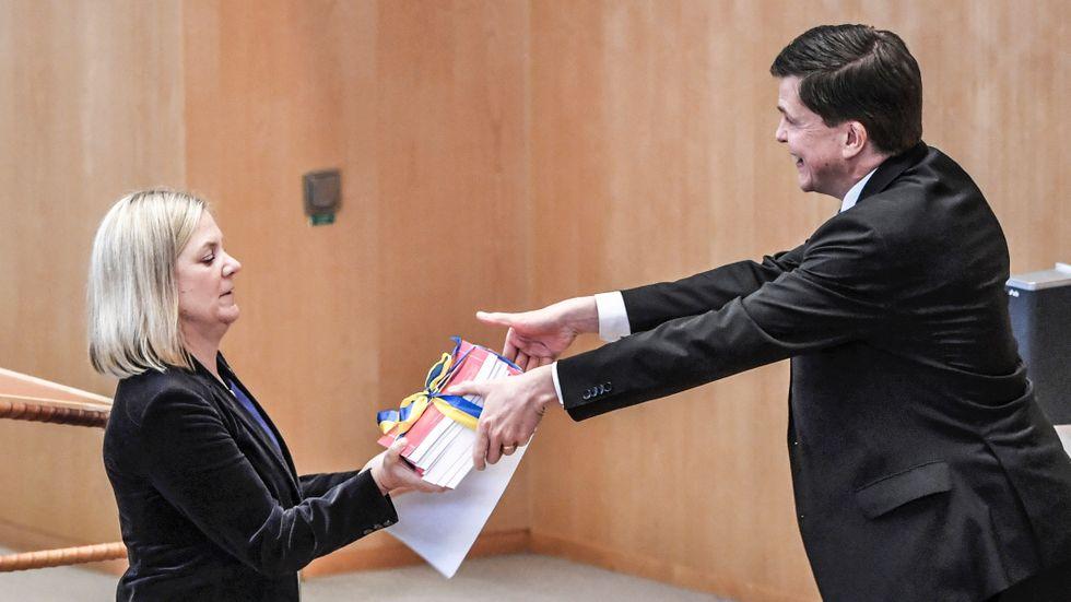 Finansminister Magdalena Andersson (S) överlämnade budgetpropositionen till riksdagens talman Andreas Norlén i måndags.