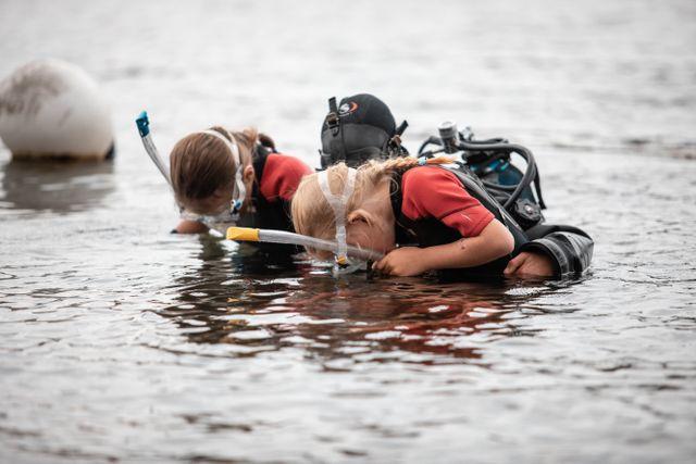 Det finns både stenar, ostron och krabbor på botten, upptäcker Ofelia och Signe som får testa på att snorkla.