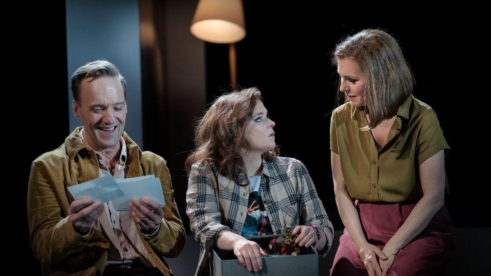"Rolf Lydahl, Stina Nordlund och Helen Sjöholm i ""Next to normal""."