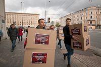 Italienska aktivisten Yuri Guaiana och ryska  journalisten och aktivisten Nikita Safronov bär lådor med protester mot behandlingen av homosexuella i Tjetjenien, till allmänna åklagarens kontor i Moskva.