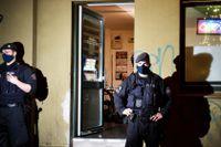 Polis utanför ett kafé i tyska Essen. Ofta är de kriminella klanernas yttre verksamhet laglig, men under ytan finns brottslig verksamhet