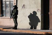 En säkerhetsvakt håller ställningarna vid stadshuset i Villa Unión. Arkivbild.