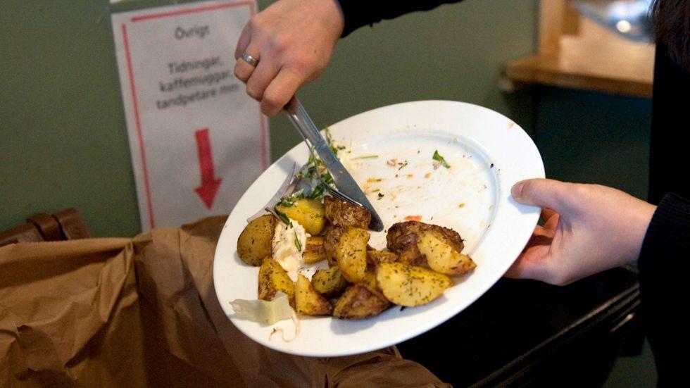 Varje enskild person slänger i genomsnitt 45 kilo mat och dryck om året.