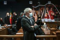 Portugals tidigare premiärminister José Socrates lyssnar på beskedet i domstolen i Lissabon på fredagen.