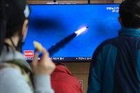 Sydkoreaner följer en nyhetssändning den 21 mars då Nordkorea avfyrade ballistiska kortdistansrobotar. Arkivbild.