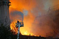 En elektrisk kortslutning misstänks ha orsakat branden i katedralen Notre-Dame i Paris.