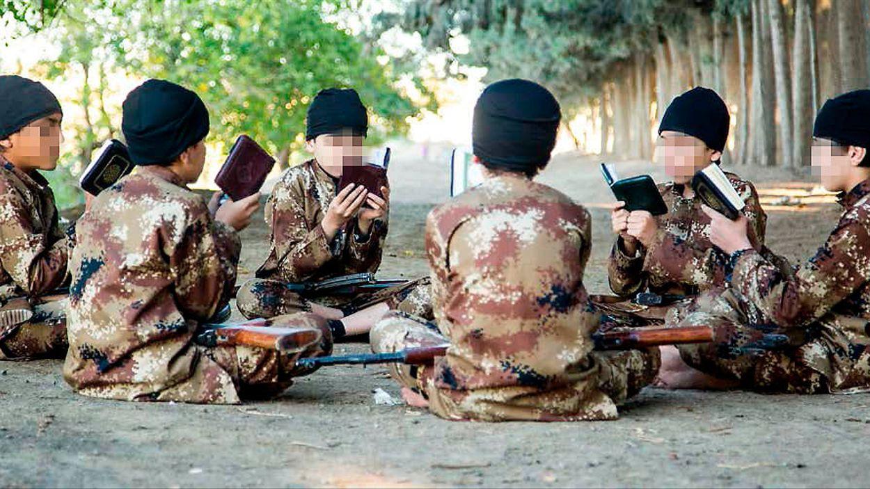 Barn används av IS för militära operationer, bland annat självmordsangrepp. Bilderna i denna artikel är hämtade från IS eget propagandamaterial, videor och magasin.
