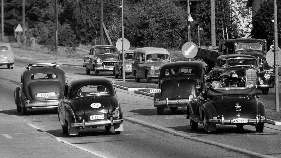 Svenska Dagbladets vägpatrull gör ett besök på Värmdövägen utanför Stockholm i augusti 1954 för att kontrollera om bilisterna sköter sig.