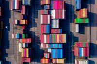 Containrar i hamnen i kinesiska Yangzhou sedda från ovan.