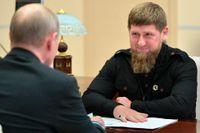 Tjetjeniens ledare Ramzam Kadyrov (till höger) på besök hos Rysslands president Vladimir Putin. Arkivbild.