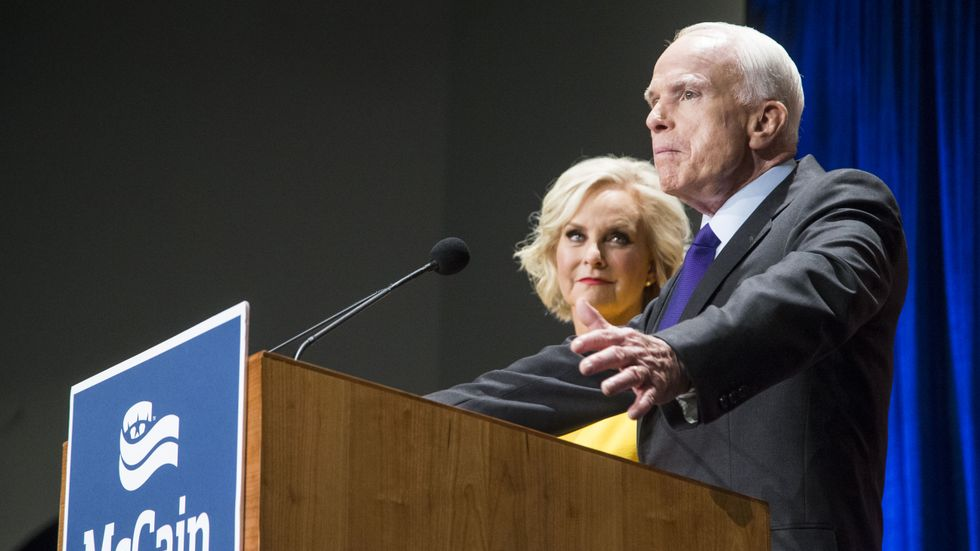 Den nu avlidne Arizonasenatorn John McCain tillsammans med sin hustru Cindy McCain 2016.