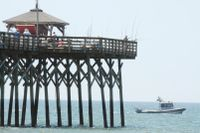 En båt patrullerar längs stranden vid Oak Island i North Carolina.