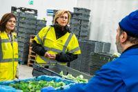 Finlands arbetsminister Tuula Haatainen tillsammans med arbetsmarknadsminister Eva Nordmark (S) träffade Robert Becskau när man besökte Samhalls verksamhet på Grönsakshallen Sorunda i Västberga.