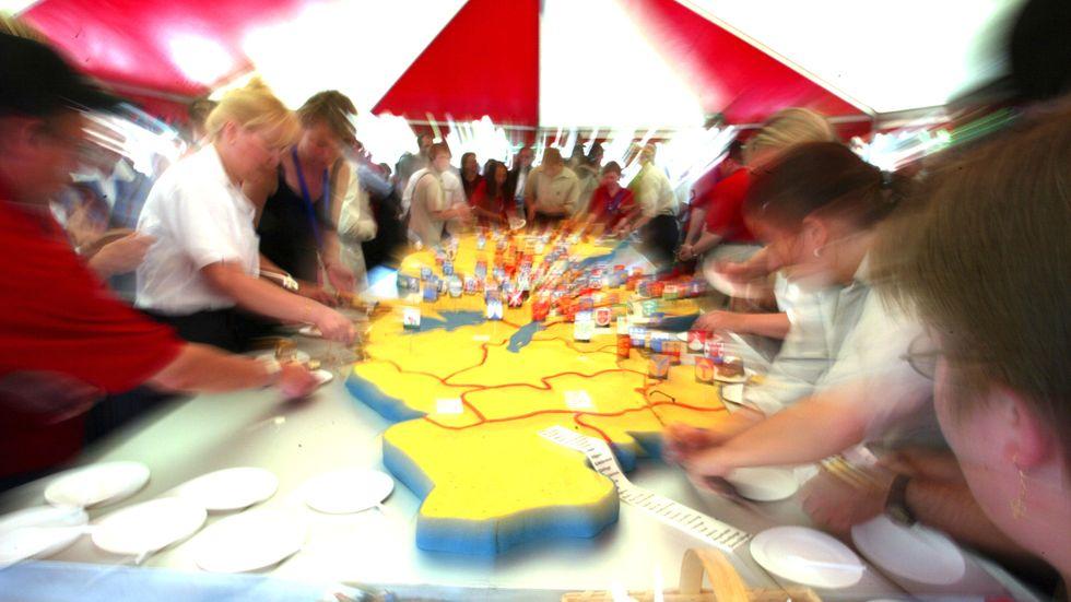 Nationaldagsfirande 2002 på Skansen med en tårta i form av en Sverigekarta. I stort sett samtliga kommuner bidrog ekonomiskt till den 5x2 meter stora tårtan som vägde 200 kilo och räckte till 2 500 personer. Vad de konkreta konsekvenserna av förslaget om storregioner innebär, har vi ännu ingen tydlig bild av.