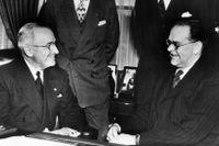 Tage Erlander, till höger, träffar Harry Truman i ovala rummet.