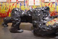 Den brittiske konstnären Angus Fairhursts verk visas just nu postumt på Spritmuseum i Stockholm.