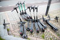 Parkeringsvakter ska från och med måndag kunna städa upp i röran av slarvigt parkerade elsparkcyklar. Arkivbild.