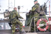 Sveriges försvars sökinsats efter en misstänkt ubåt pågår i Stockholms skärgård.