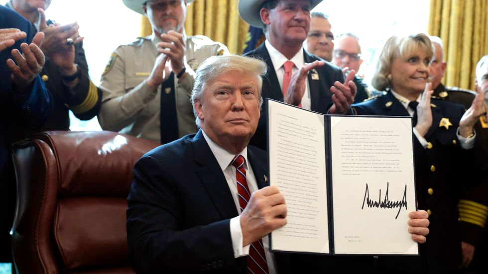 USA:s president Donald Trump lägger sitt första veto.