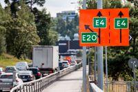 Omledning av trafiken söderut på E4:an vid Saltsjöbron i Södertälje, efter lastbilsolyckan i juni.