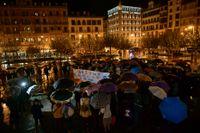 """""""Bara ja betyder ja"""" står det på plakatet kvinnan bär under en demonstration för samtyckeslagen. Arivbild."""
