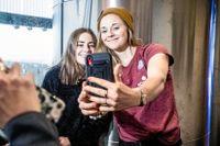 Skidåkarstjärnorna Ebba Andersson och Stina Nilsson i Östersund skickar en grattishälsning till Tove Alexandersson.