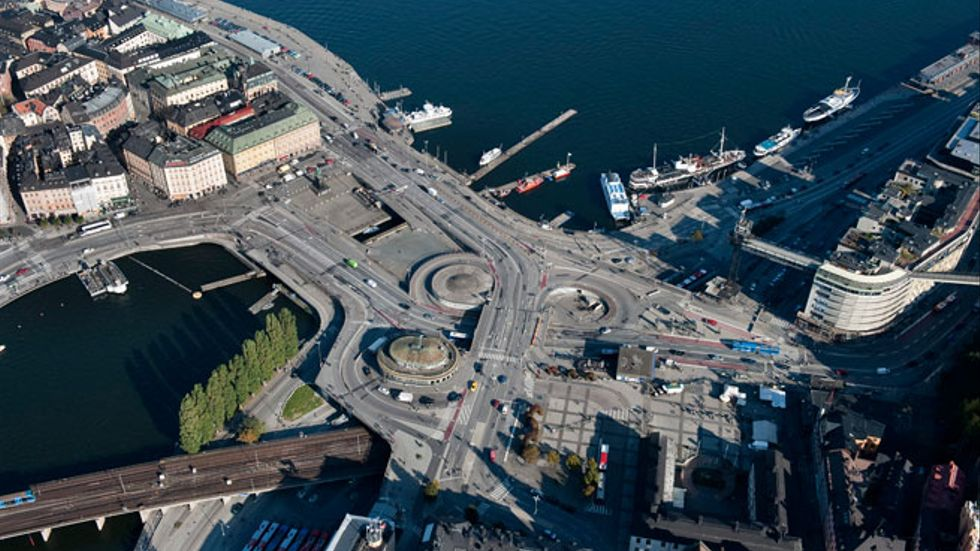 Mälaren till vänster, och Saltsjön till höger om Slussen i Stockholm.