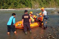 Räddningspersonal i Bengkulu i Indonesien letar efter överlevande sedan en bro kollapsat.