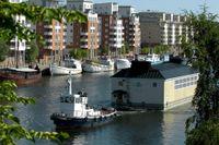 2001 renoverades Liljeholmsbadet senast. Här fraktas det tillbaka till sin plats.