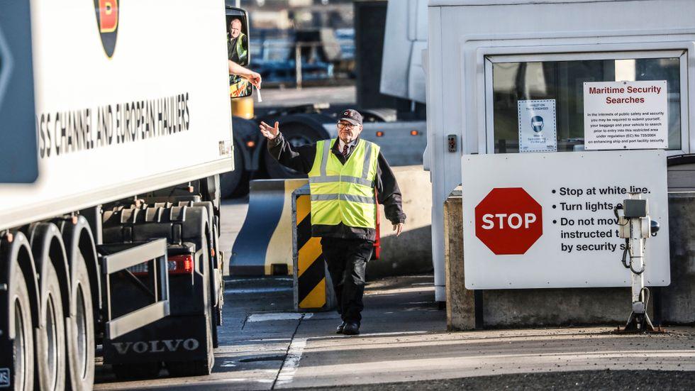 En lastbilschaufför lämnar över handlingar vid en kontroll i hamnen i Larne, norr om Nordirlands huvudstad Belfast.