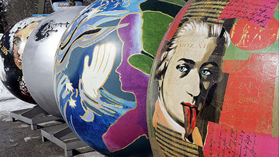 Stora Mozartkulor utställda i Lofer, Österrike. Kulorna är målade av olika artister i samband med firandet av Mozarts 250 årsdag.