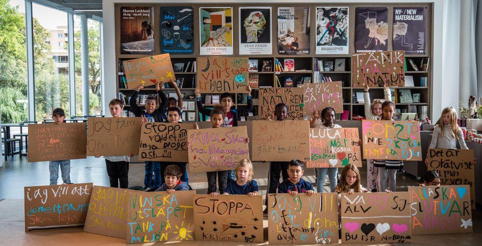 """""""Notes on protesting"""", Stockholm, 2018. Peter Liversidge tillsammans med Farsta grundskola och Adolf Fredriks skola i Farsta."""