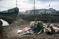 Blommorna på den plats där den 13-åriga nätmobbade flickan i Kumla antas ha tagit sitt liv genom att hoppa framför ett tåg.