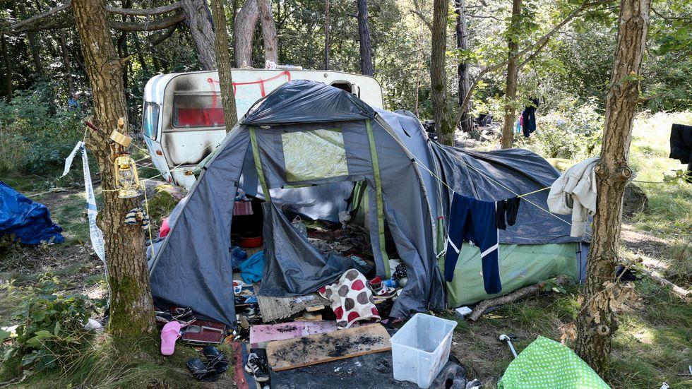Brandskadat tält och husvagn på den plats där en man natten mot lördagen angrep ett migrantläger nära Älvsborgsbron i Göteborg.