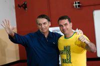 Jair Bolsonaro tillsammans med äldste sonen Flávio. Bilden är från presidentvalskampanjen i oktober 2018.