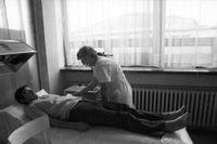 Arbetare får vård i Karl-Marx-stadt 1975.