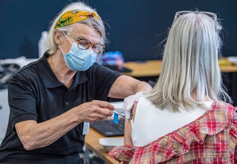 Över hälften av Sveriges vuxna befolkning är nu fullvaccinerad mot covid-19.