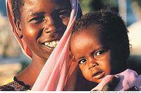 Mariam Ishag Abdalla i ett flyktingläger i Darfur har återvänt till livet tack vare insatser från hjälparbetare. Hon blev traumatiserad efter att hennes by attackerats och ödelagts av janjawidmilisen. Mariams dotter Fatima visade tidigare tecken på undernärning, men har nu återhämtat sig.