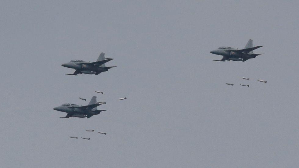 Sydkoreanska stridsflygplan vid en gemensam övning med USA i april i år. Arkivbild.