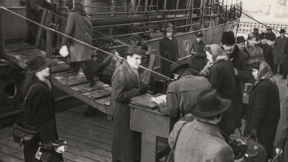600 judar på väg till Sydamerika från Malmö. Passkontrollanten Applgren kollar passen 1947.