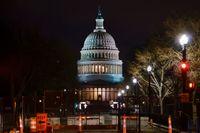 Riksrättsprocessen mot Donald Trump hålls i senaten i Kapitolium i Washington DC. Här lyser byggnaden upp på fredagskvällen, bakom de barrikader som upprättades efter stormningen den 6 januari.