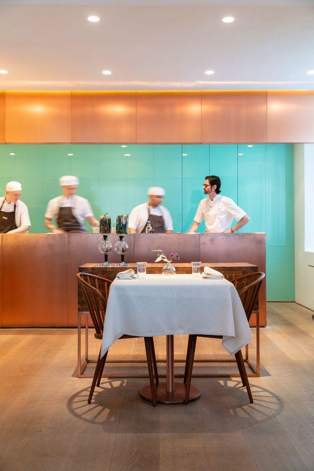 Anton Bjuhr ansvarar för det söta på Gastrologik, där desserterna är både komplexa och tekniskt avancerade.
