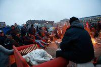 Aktivister och EU-migranter på tomten på Industrivägen i Malmö i höstas, i väntan på att polisen ska genomföra den avhysning som begärts av kommunen.