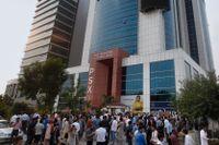 Människor samlas utanför en kontorsbyggnad i Pakistans huvudstad Islamabad efter skalvet.